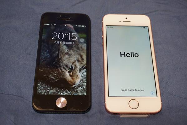 使い倒したiPhone5(左)とほぼ新品のiPhoneSE(右)
