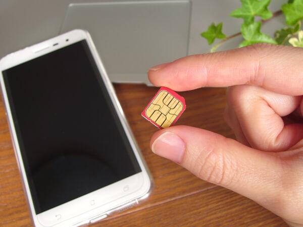 SIMカードを挿入