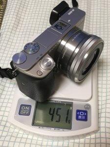 α6000に標準ズームレンズSELP1650を装着すると約451g