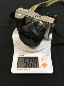 α6000に装着したSEL35F18の質量(フード、フロントキャップ有り)