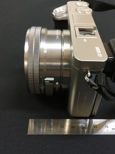 標準レンズの全長は30mm(電源オフ)