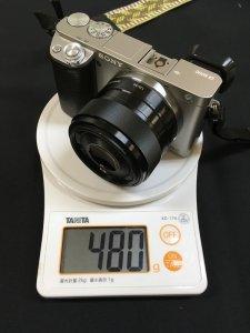 α6000に装着したSEL35F18の質量(フード、フロントキャップ無し)